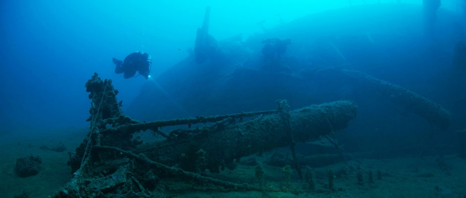 Wreckdivers exploring the SS Isonzo